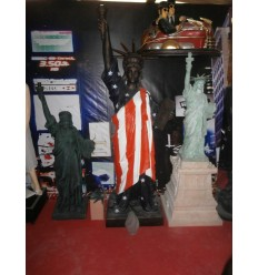 STATUE LIBERTY WITH AMERICAN FLAG